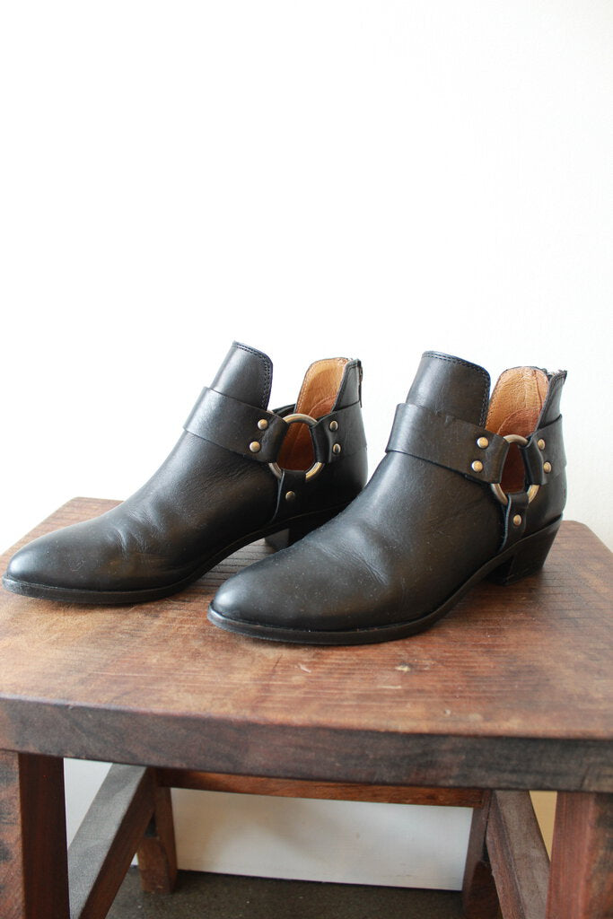 FRYE RAY HARNESS BACK ZIP IN BLACK SZ 7 (RETAIL $297.50))