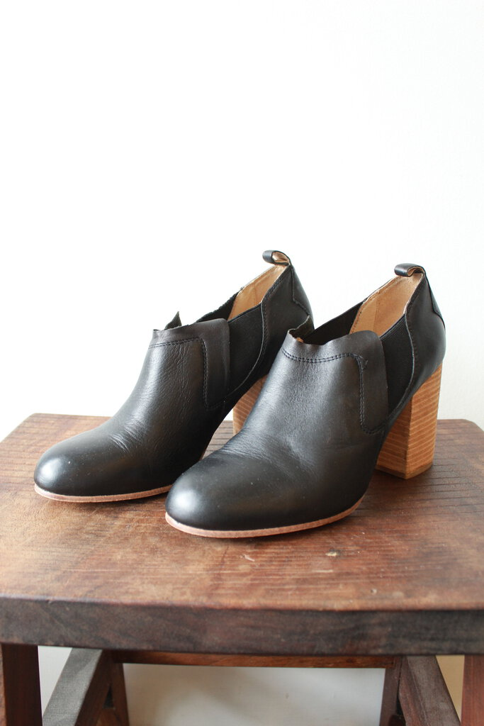 GEE WAWA BLACK LEATHER CHELSEA BOOTIES SZ 9M