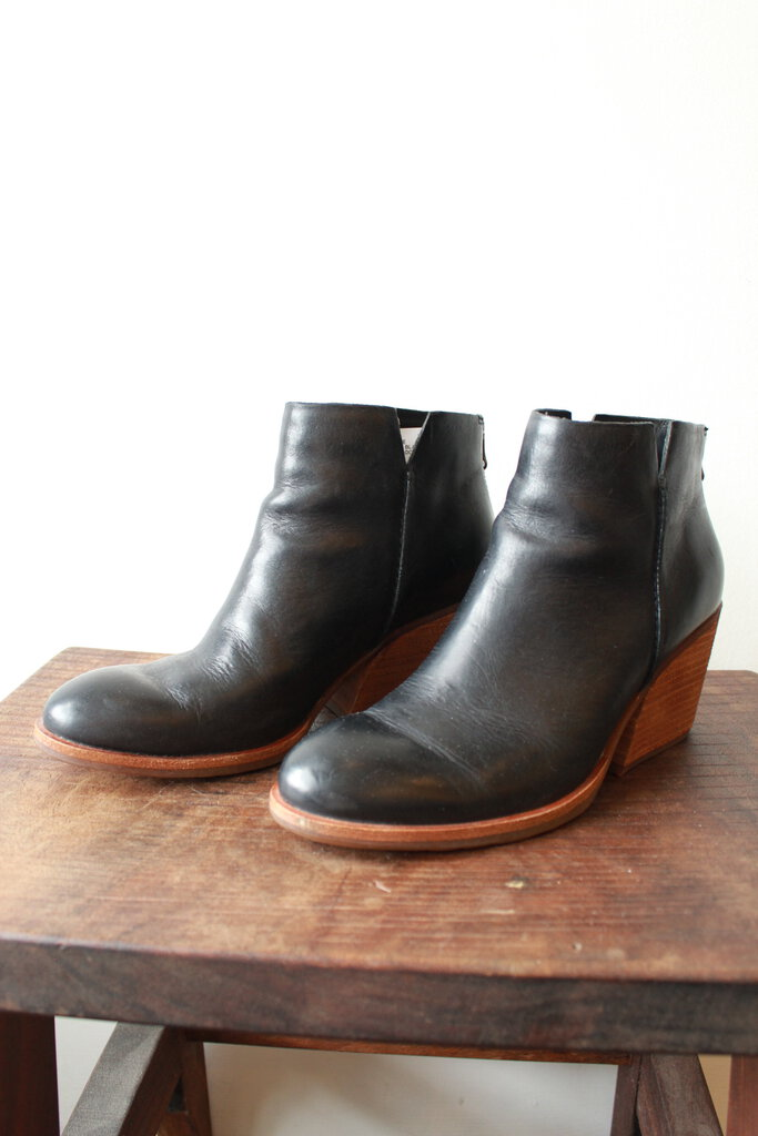 KORK-EASE 'CHANDRA' BLACK LEATHER BOOTIES W/ WOODEN HEEL (RET: $190) SZ 7.5