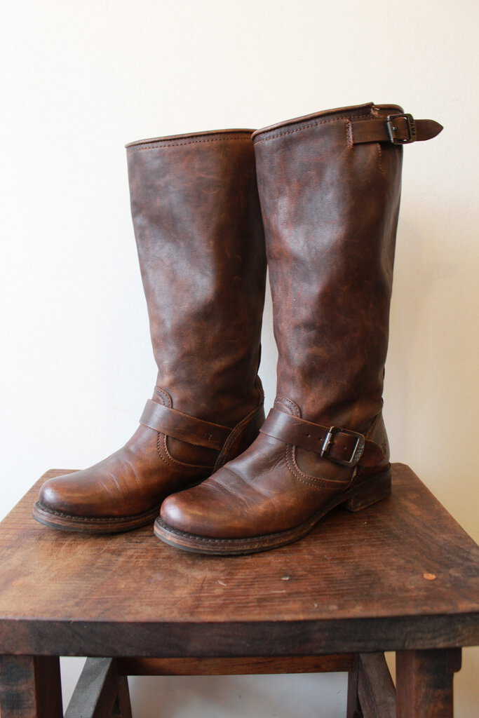 FRYE BROWN LEATHER KNEE-HIGH BELTED W/LOW HEEL SZ 7.5