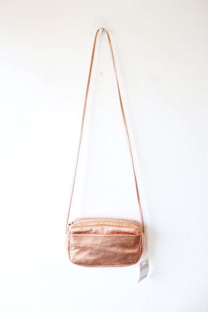 BAGGU METALLIC PEACH LEATHER SMALL CROSSBODY (SMALL MARK FRONT)