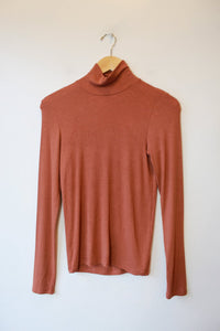WILFRED FREE TERRACOTTABABY RIB MODAL BLEND TURTLENECK SZ M ($58 ONLINE)