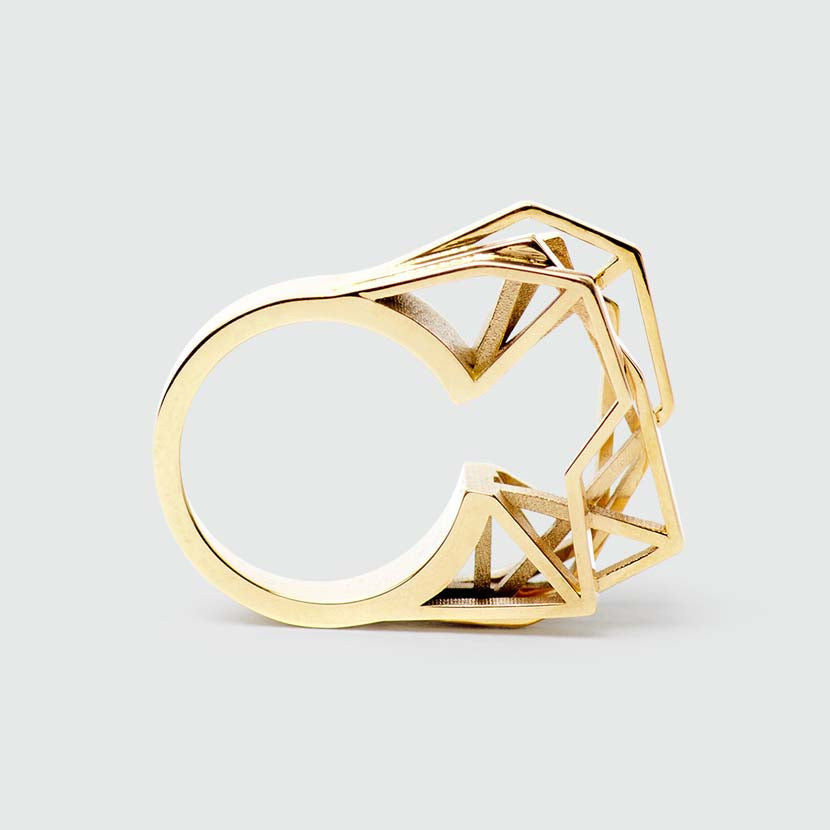 Modern engagement ring in solid gold.