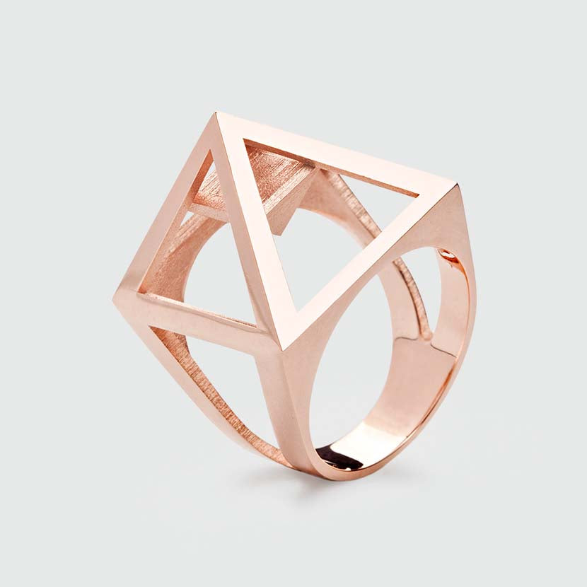 Rosegold pyramid ring with straight edges.