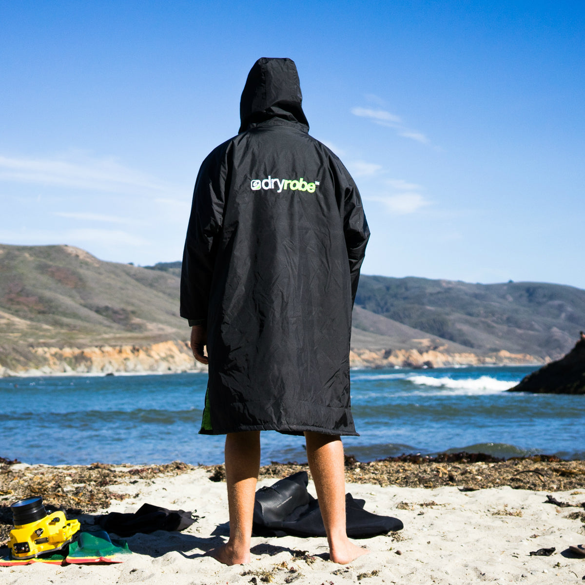 1| dryrobe Advance Long Sleeve Black Green Lifestyle Back Male Image