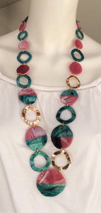 Collar largo de resina brillante, color verde y fucsia . Ref. 2715