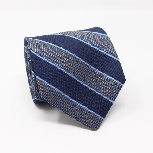 A classic University striped tie in Navy and Silver. The two classic colors gives it extra versatility combined with the classic pattern you would be able to wear this with blazers as well as suits