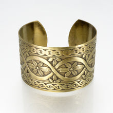 Load image into Gallery viewer, Solid Brass Cuff - Flower Design - UrbanroseNYC