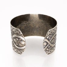 Load image into Gallery viewer, Solid Nickel Cuff - Flower Design - UrbanroseNYC