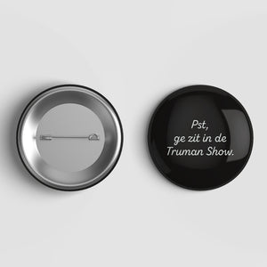 Button 'Pst, ge zit in de Truman show'