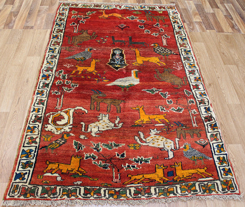 A Beautiful Persian Shiraz rug 190 x 115 cm