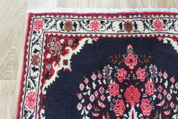 Fine Persian Bidjar rug of Vase design 80 x 66 cm