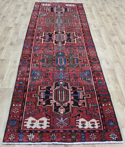AN OUTSTANDING PERSIAN HERIZ RUNNER, VERY HARD WEARING 317 x 97 CM