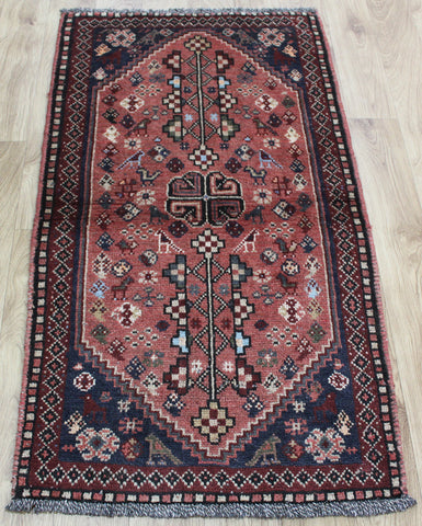 AN OUTSTANDING SOUTH WEST PERSIAN SHIRAZ RUG 130 x 70 CM