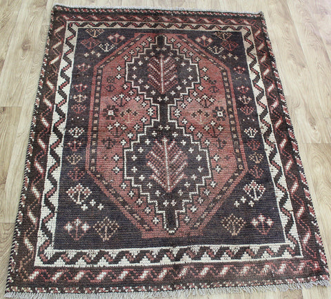 AN OUTSTANDING SOUTH WEST PERSIAN SHIRAZ QASHQAI RUG 137 x 105 CM