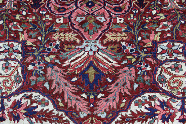 ANTIQUE PERSIAN HERIZ CARPET OF GOOD ROOM SIZE, MEDALLION DESIGN, CIRCA 1900.