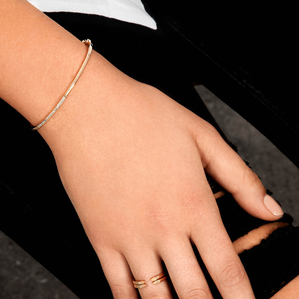 Hinged Bracelet in 18k Yellow Gold with White Diamonds