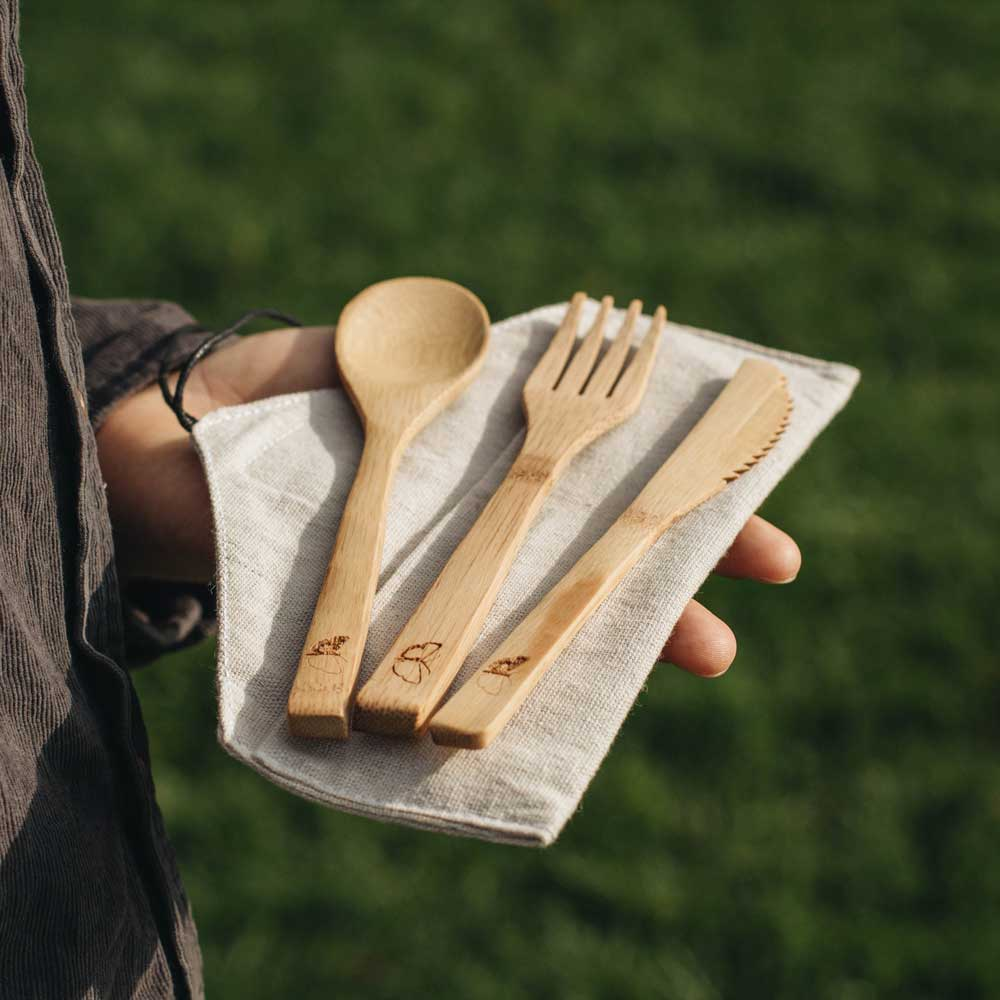 Cutlery set made of bamboo, ready for the delicious canned ravioli at the festival, the ToGo Asian noodles or the three-course menu in your van. On the go, you can stand up to plastic cutlery. Unlike many other bamboo cutlery, the surface is not uncomfortably rough but super smooth and easy to clean. It comes with a bag made from sustainable hemp.