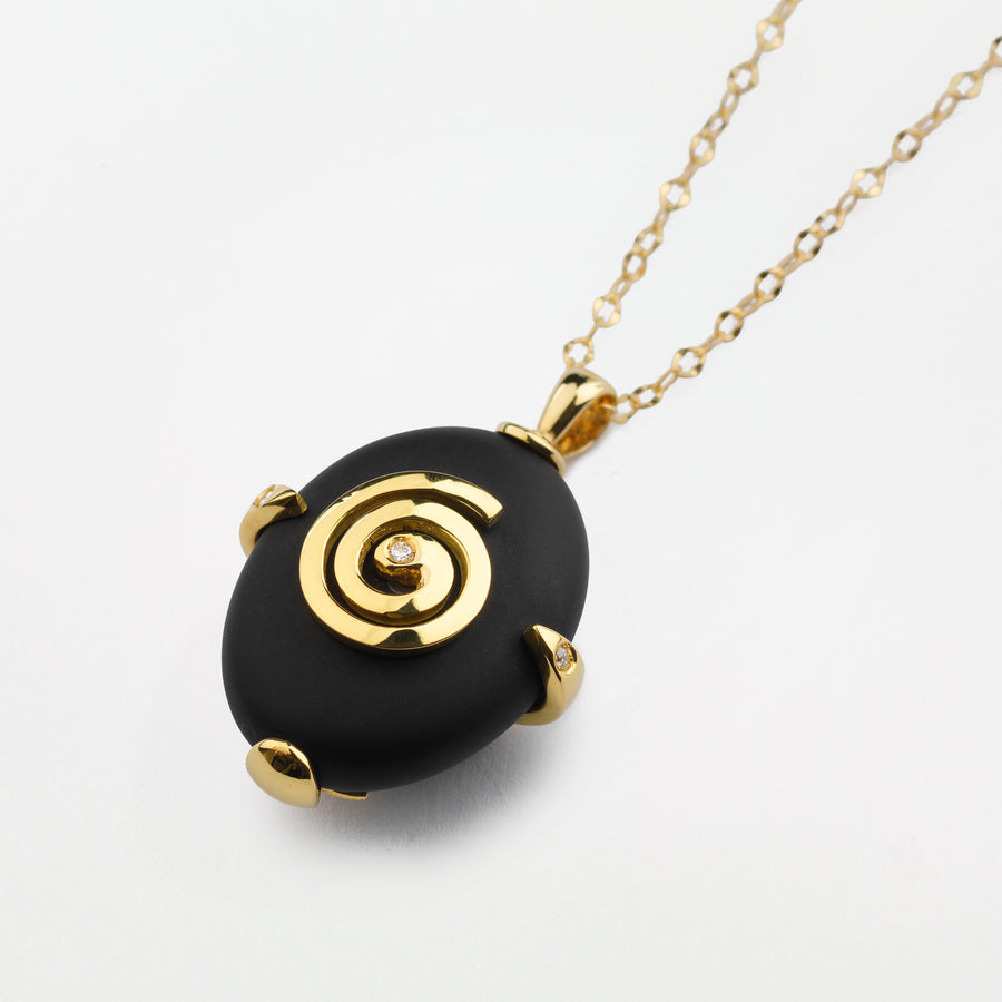 Oval Dingle black gemstone surrounded by 18k gold with 18k chain