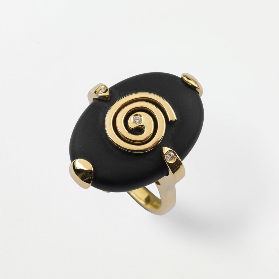 18k gold ring with a dingle black gemstone. Set with 3 diamonds