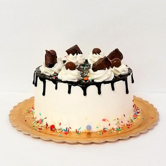 Drip Cake decorado com chocolates e Sprinkles coloridos
