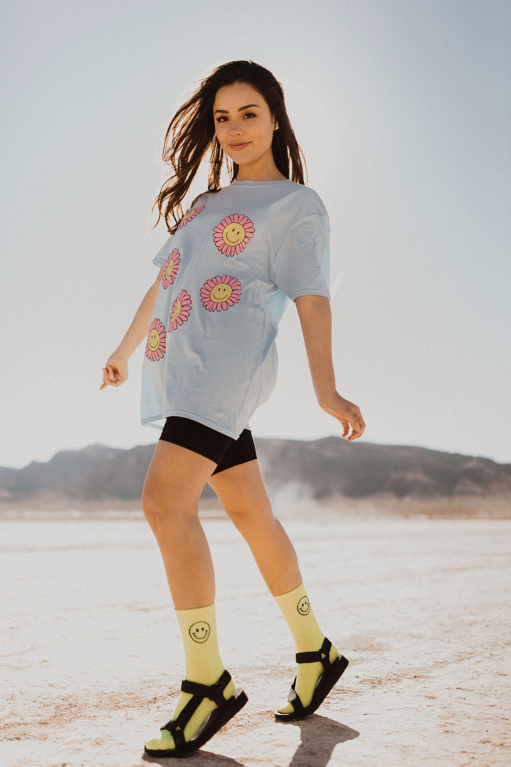 THE SMILING DAISY TEE IN LIGHT BLUE