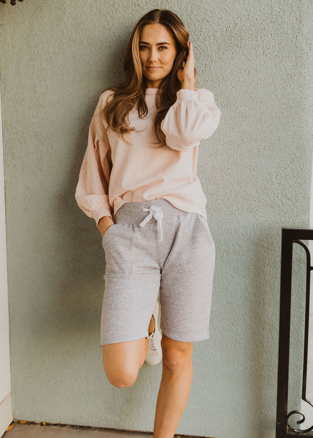 THE LIVING COMFORTABLY FLEECE SHORTS IN HEATHER GREY