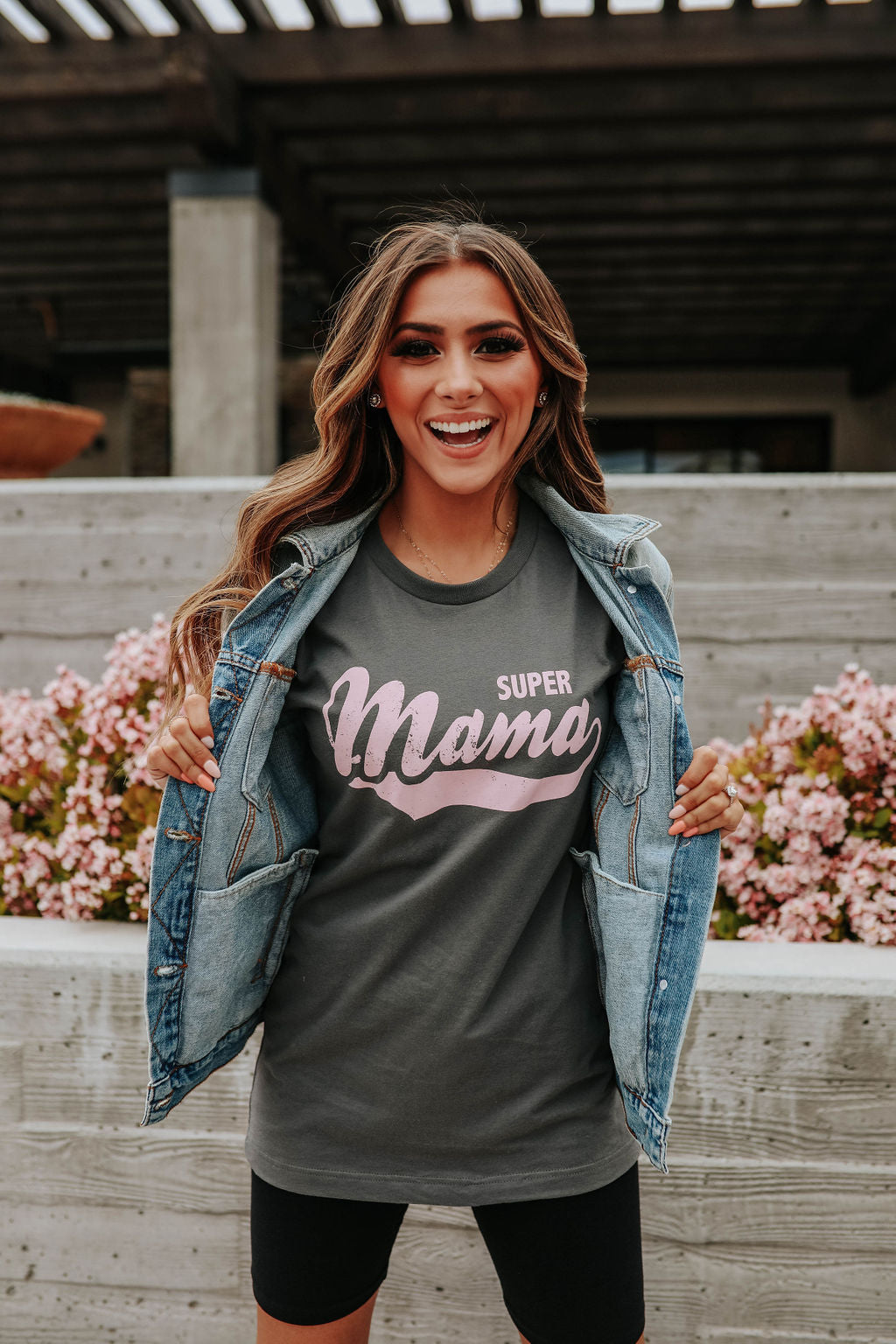 THE SUPER MAMA GRAPHIC TEE IN CHARCOAL