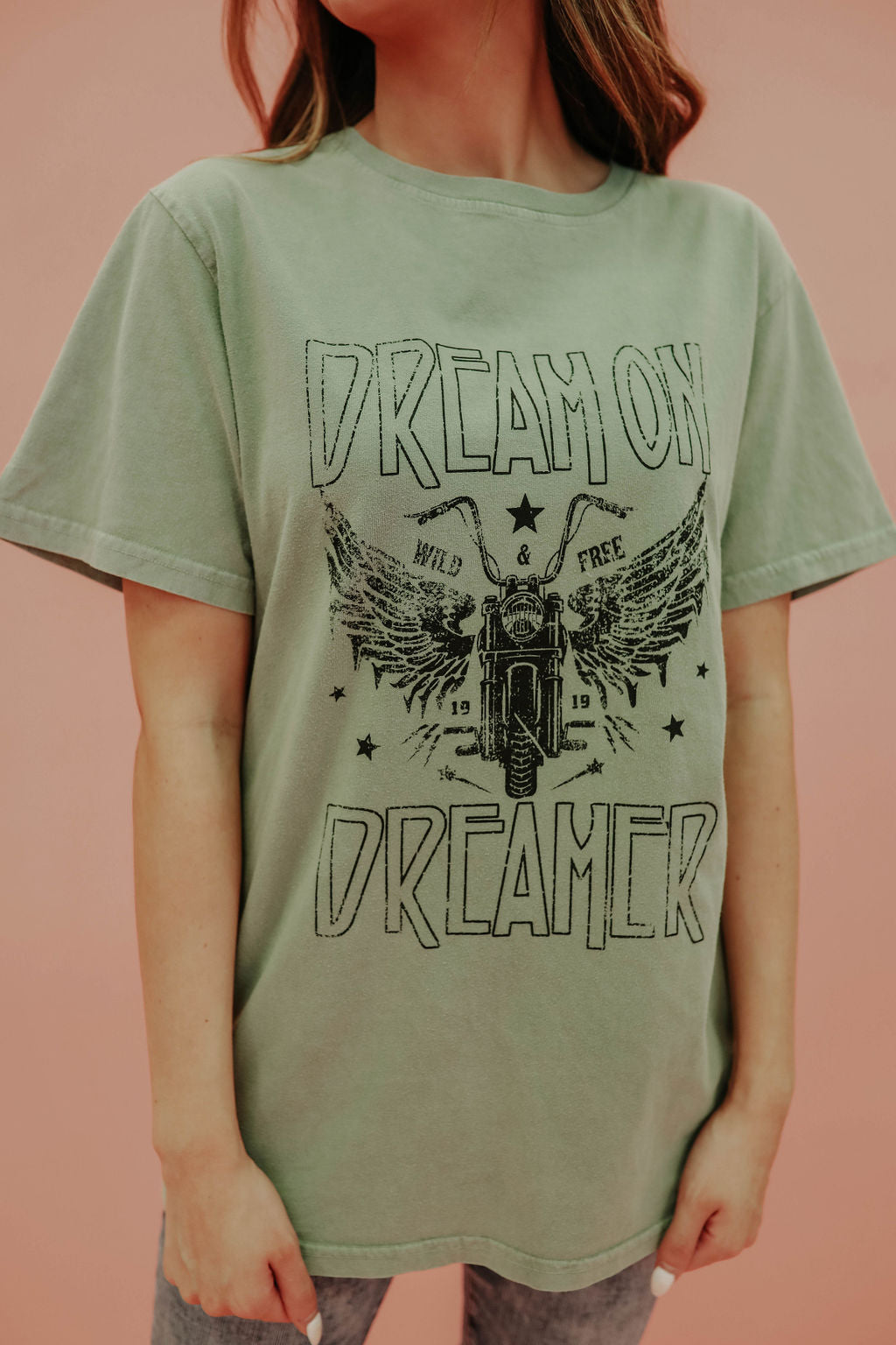 THE DREAM ON DREAMER GRAPHIC TEE IN OLIVE