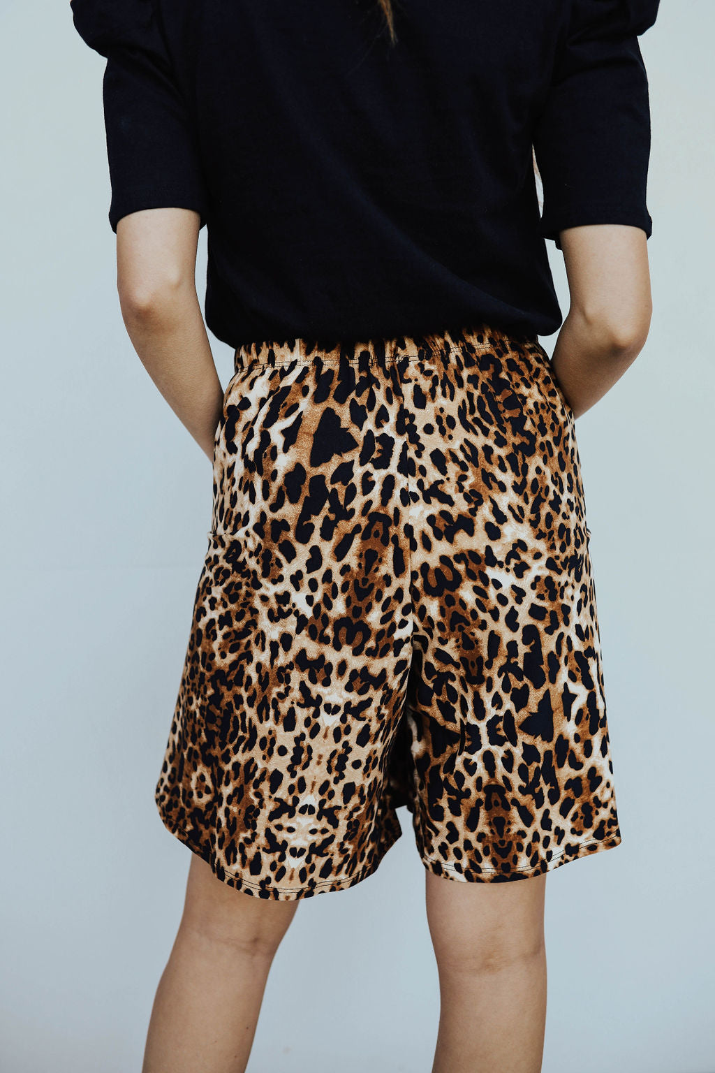 THE SHYLER CASUAL ELASTIC SHORTS IN LEOPARD