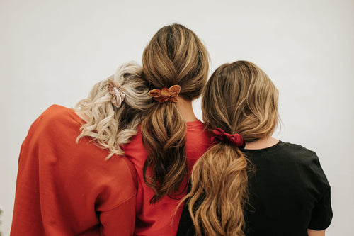 THE RIBBED VELVET BOW SCRUNCHIE IN BURGUNDY
