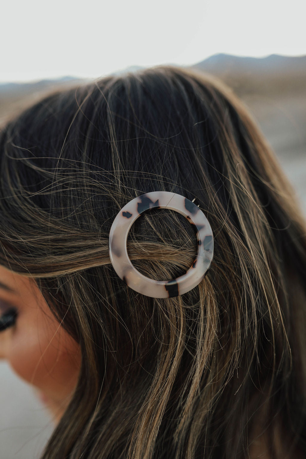THE CIRCLE HAIR PIN IN WHITE TORTOISE