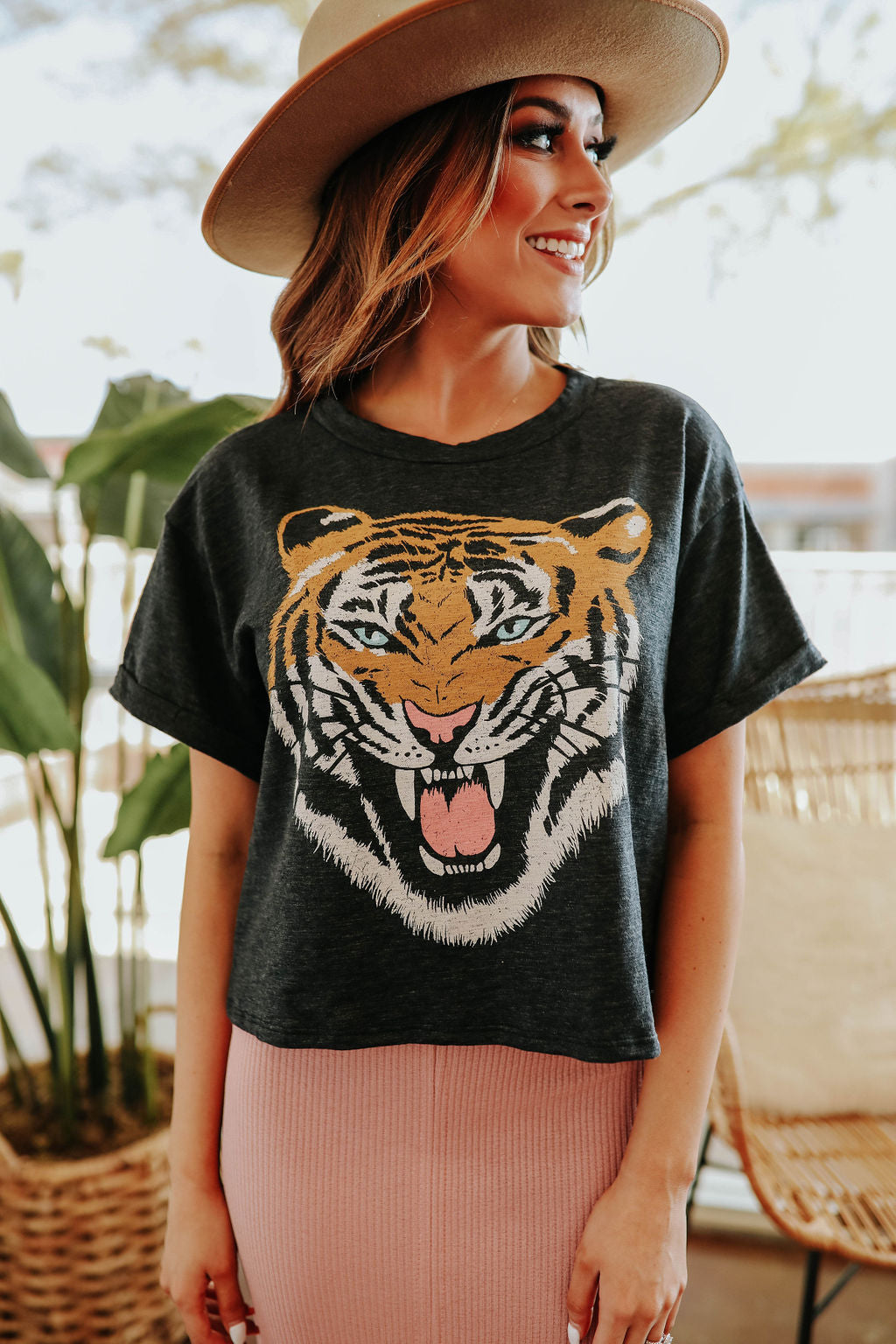 THE TIGER GRAPHIC CROPPED TEE IN CHARCOAL