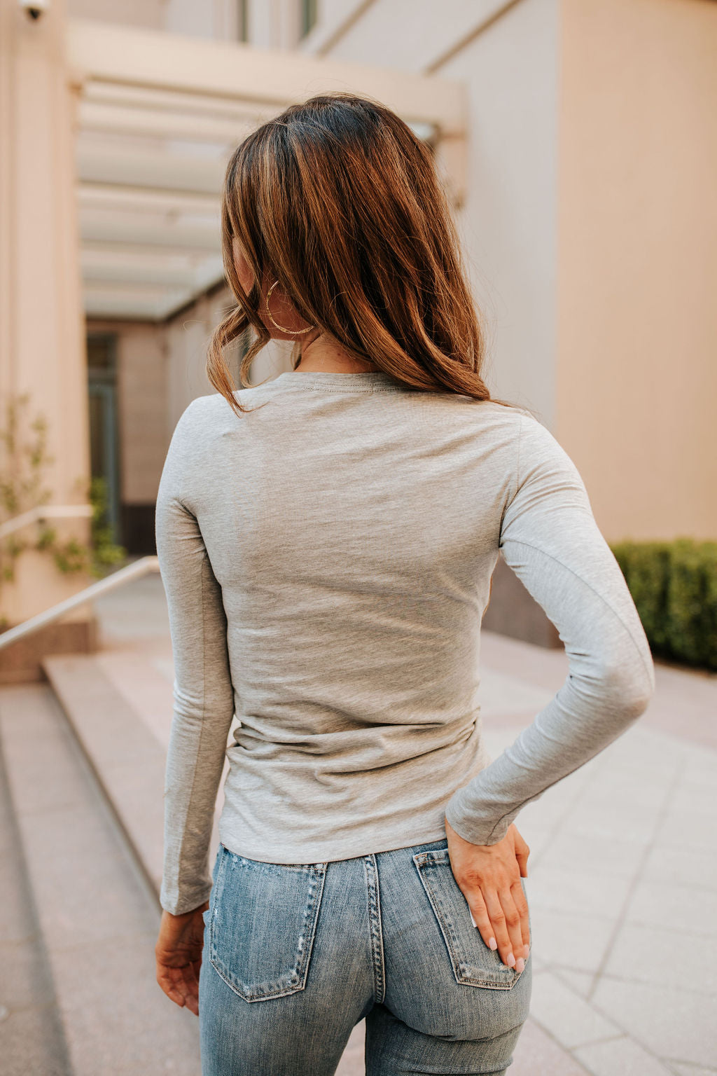 THE LINDSAY LONG SLEEVE TOP IN HEATHER GREY