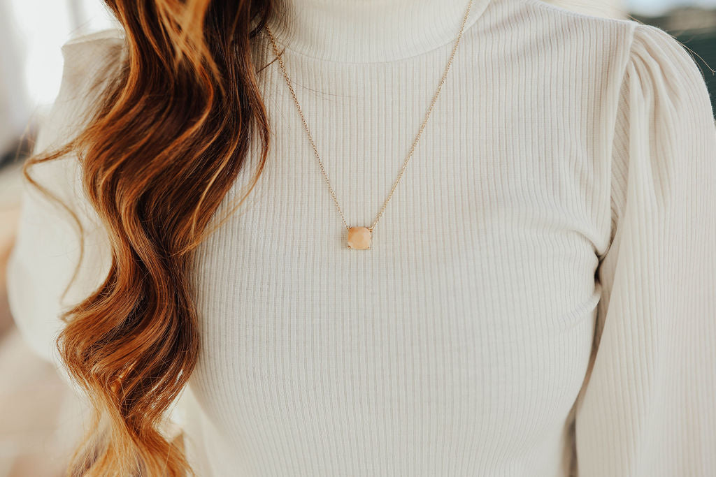 THE CHARM NECKLACE IN PEACH