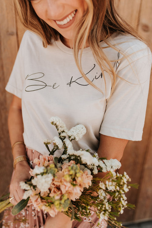 THE BE KIND GRAPHIC TEE IN DUST