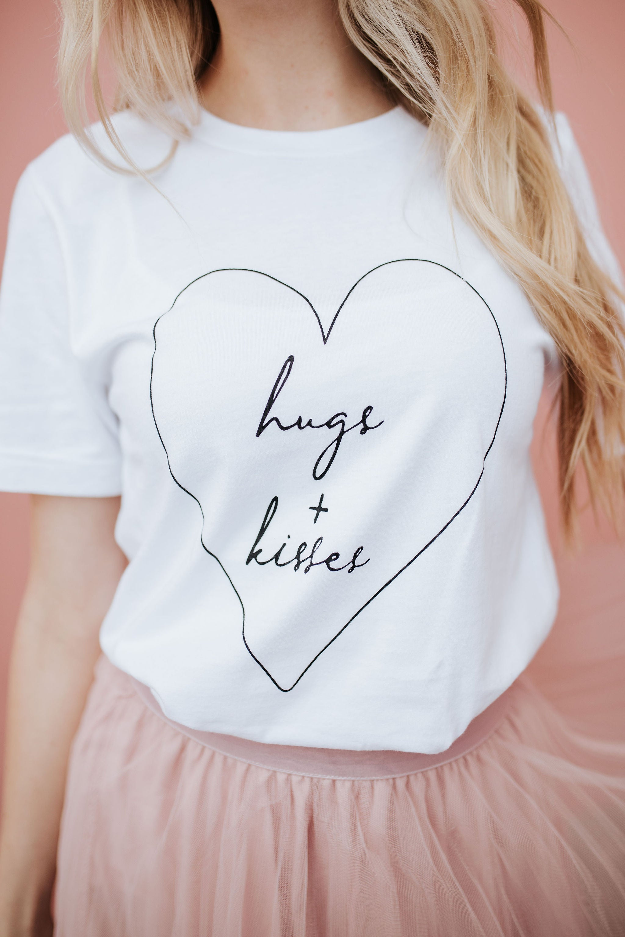 THE HUGS AND KISSES GRAPHIC TEE IN WHITE