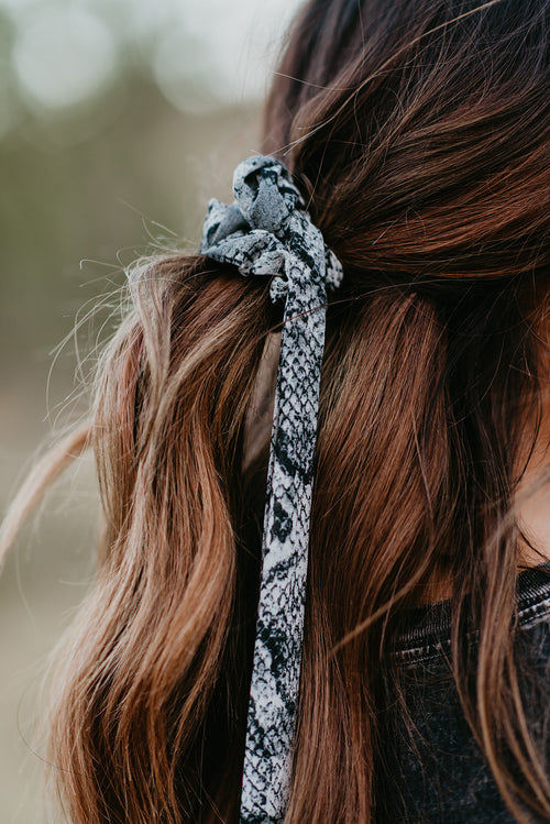 THE SNAKE SCRUNCHIE SCARF IN GREY