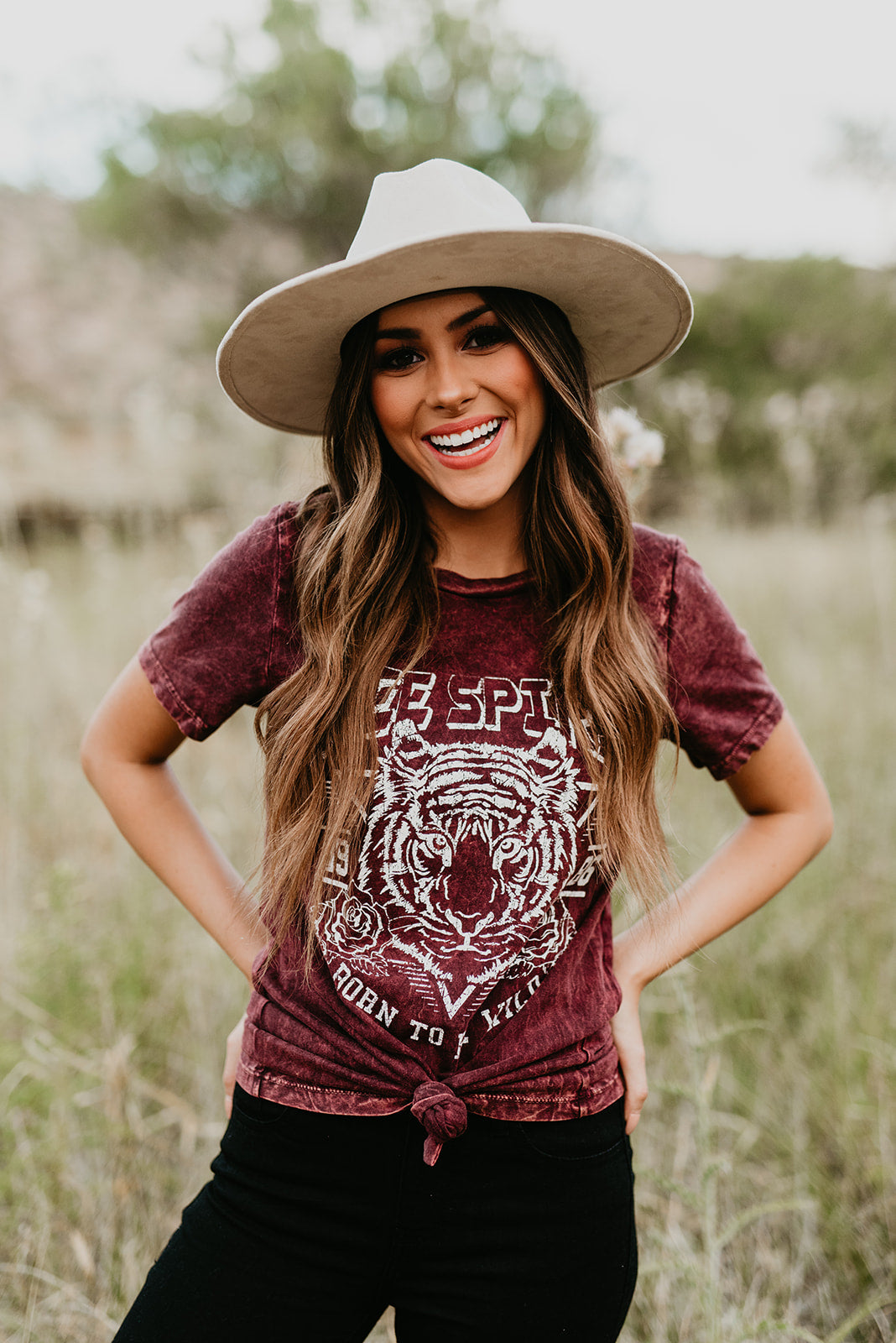 THE FREE SPIRIT GRAPHIC TEE IN BURGUNDY