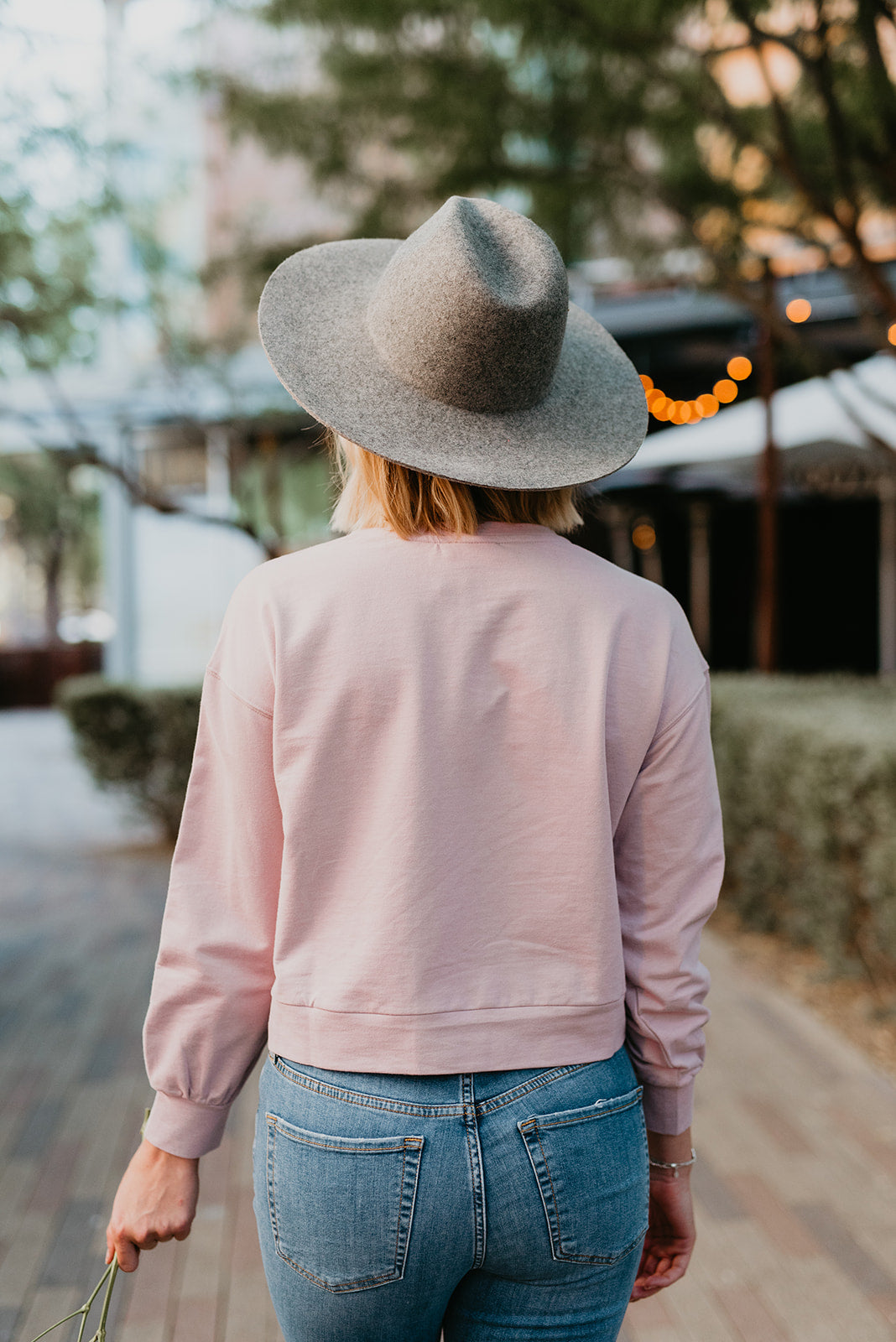 THE EVEYLYN EMBROIDERED SWEATSHIRT IN MAUVE