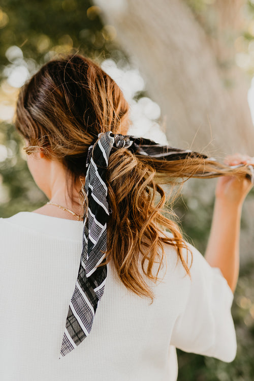 THE STRIPED SCRUNCHIE SCARF IN BLACK AND WHITE