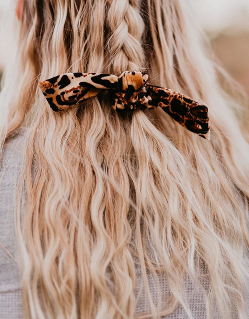 THE BOW SCRUNCHIE IN VELVET LEOPARD