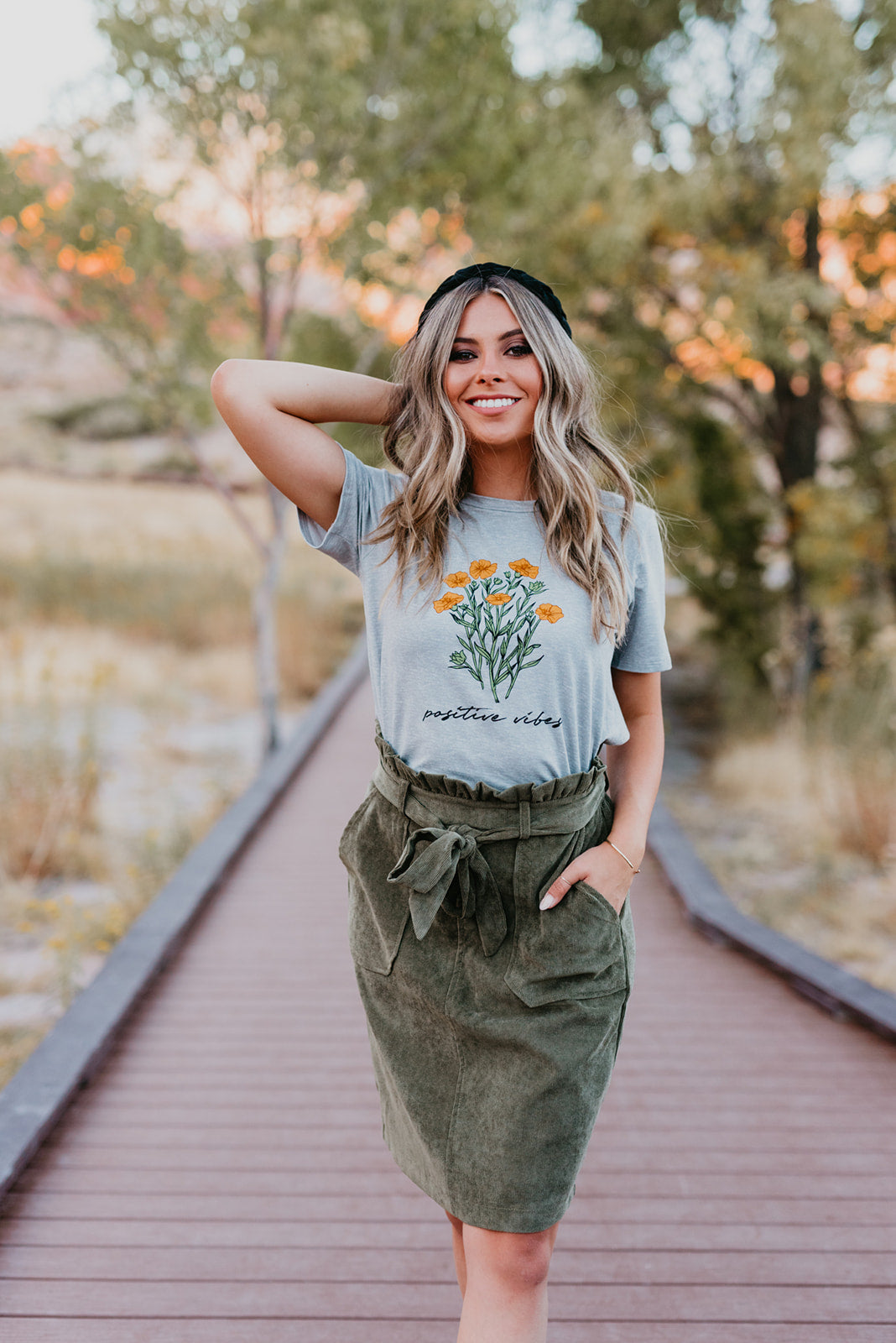 THE POSITIVE VIBES FLOWER GRAPHIC TEE IN GREY