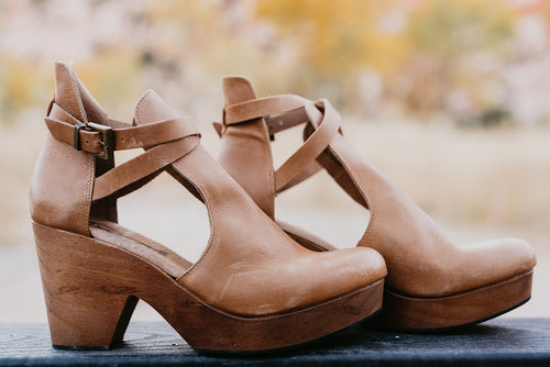 THE FREE PEOPLE CEDAR CLOG IN NATURAL
