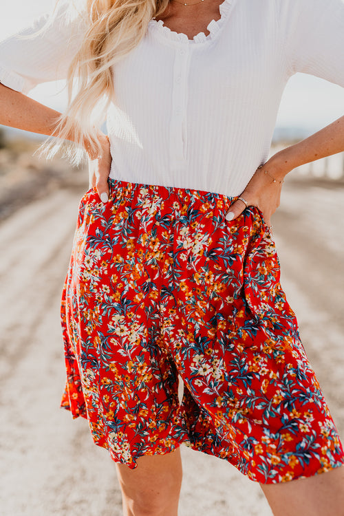 THE SHYLER CASUAL ELASTIC SHORTS IN RED FLORAL