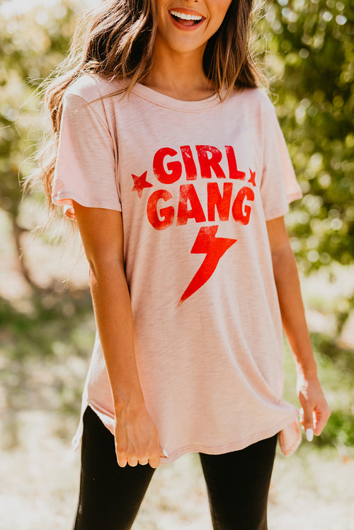 THE GIRL GANG GRAPHIC TEE IN MAUVE