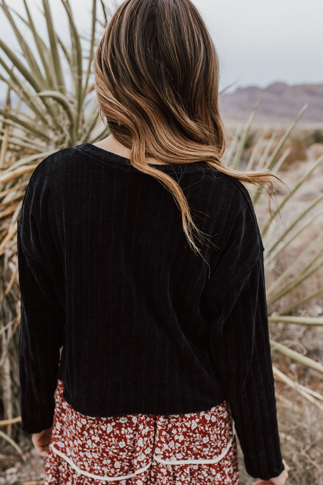 THE BRAYLEE CROPPED CHENILLE SWEATER IN BLACK