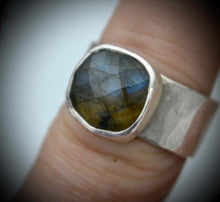 Load image into Gallery viewer, Labradorite Hammered Silver Ring