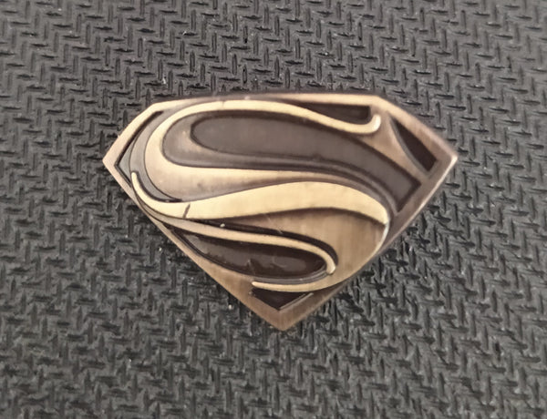 DC Comics - Pin Metálico TooGEEK Superman Logo Man on Steel