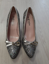 Load image into Gallery viewer, Gold patterned court shoe